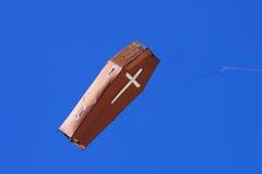 Drakekista i den blåa himlen royaltyfri foto