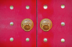 Drakeknackare på den kinesiska röda dörren Royaltyfria Foton