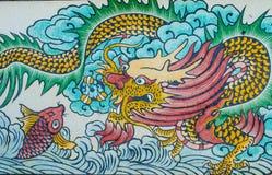 Drakemålning på granitväggen Arkivfoto