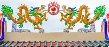 Draken op het dak van een Chinees heiligdom met witte achtergrond Royalty-vrije Stock Afbeeldingen