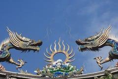 Draken op tempeldak stock foto