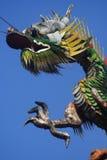 Draken op tempeldak stock fotografie