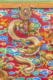 Draken på röd bakgrund Royaltyfria Foton