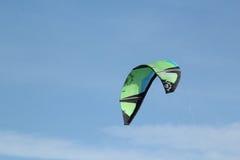 Draken som surfar draken, seglar Arkivfoto