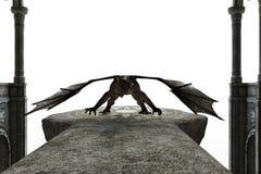 Draken står i en stridighetposition på det forntida altaret Arkivfoto