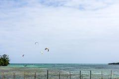 Draken surfar avlägset surfa ut Fotografering för Bildbyråer