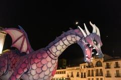 Draken under ståtar på tillfället av festmåltiden av St George och draken fotografering för bildbyråer
