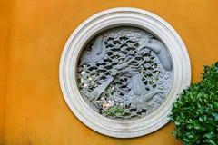 Draken utföra i relief royaltyfria bilder