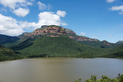 Drakensberg i Sydafrika med sjön Royaltyfri Bild