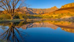 Drakensberg septentrional Reflexión de montañas en agua apacible Imagen de archivo libre de regalías