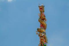 Drakenstandbeeld twee torens Stock Afbeeldingen