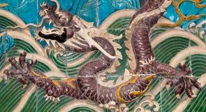 Drakeskulptur. Nio-draken väggen på Beihai parkerar, Peking, Kina Royaltyfria Foton