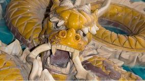 Drakeskulptur. Nio-draken väggen på Beihai parkerar, Peking, Kina Royaltyfri Fotografi
