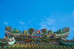 Drakeskulptur på den kinesiska templet arkivbilder