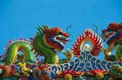 Drakeskulptur på den kinesiska templet royaltyfria bilder