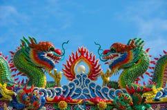 Drakeskulptur på den kinesiska templet royaltyfri bild