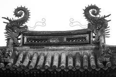 Drakeskulpturer på kinesiska tak Arkivbild