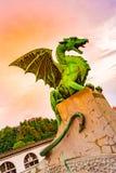 Drakestaty på den Ljubljana bron Forntida drakestaty som förmyndaresymbol av den Ljubljana staden, Slovenien huvudstad arkivbild