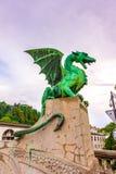 Drakestaty på den Ljubljana bron Forntida drakestaty som förmyndaresymbol av den Ljubljana staden, Slovenien huvudstad royaltyfri fotografi