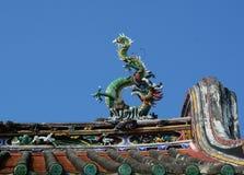 Drakestaty på taköverkant av den kinesiska templet i Penang, Malaysia arkivbild