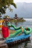 DrakestatyBedugal tempel, sjö Braton Bali Indonesien Royaltyfria Bilder