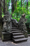 Drakestatyer i apaskog i Ubud, Bali royaltyfri bild