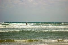 Drakesurfare i det Mediterrean havet på en blåsig dag för höst royaltyfria bilder