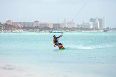 Drakesurfare på Palm Beach på den Aruba ön i det karibiskt Royaltyfri Bild
