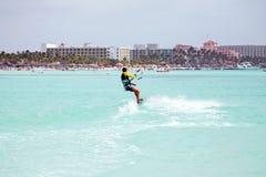 Drakesurfare på Palm Beach på den Aruba ön i det karibiskt Royaltyfri Foto