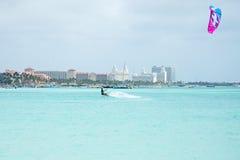Drakesurfare på Palm Beach på den Aruba ön i det karibiskt Royaltyfria Foton
