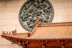 Draketakdetalj och lejonpanel i Jing An Tranquility Temple - Shanghai, Kina royaltyfri fotografi