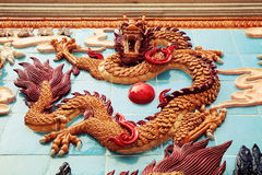 Drakevägg för traditionell kines, asiatisk klassisk drakeskulptur arkivfoton