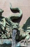 Drakevattenkastare på den klassiska springbrunnen Arkivbilder