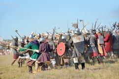 Drakino,俄罗斯, 2015年8月, 22日,古老俄罗斯,争斗的reconstraction的战士衣服的人马的 免版税库存照片