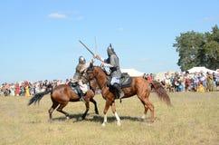 Drakino, Rusia, agosto, 22, 2015, hombres en trajes de guerreros de Rusia antigua en caballos, reconstraction de la batalla Foto de archivo libre de regalías