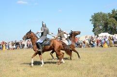 Drakino, Rusia, agosto, 22, 2015, hombres en trajes de guerreros de Rusia antigua en caballos, reconstraction de la batalla Imagen de archivo