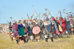 Drakino, Rusland, 22 Augustus, 2015, mensen in kostuums van strijders van Oud Rusland op paarden, reconstraction van de slag Stock Foto's