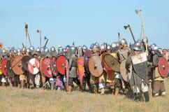Drakino Ryssland, Augusti, 22, 2015, män i dräkter av krigare av forntida Ryssland på hästar, reconstraction av striden Arkivfoto