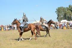 Drakino Ryssland, Augusti, 22, 2015, män i dräkter av krigare av forntida Ryssland på hästar, reconstraction av striden Royaltyfria Foton