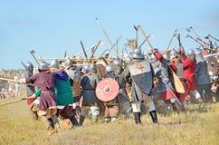 Drakino Ryssland, Augusti, 22, 2015, män i dräkter av krigare av forntida Ryssland på hästar, reconstraction av striden Arkivfoton