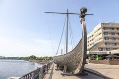 Drakkar op de dijk van Salakkalahti-Baai in Vyborg royalty-vrije stock foto