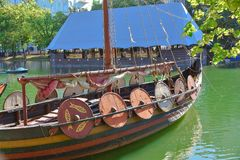 Drakkar Vikings, boucliers sur le bateau photo libre de droits