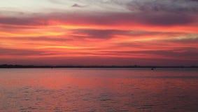 Dramático del crepúsculo del cielo y de la reflexión en el mar fotos de archivo libres de regalías