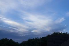 Dramático do céu azul dentro mesmo imagem de stock royalty free