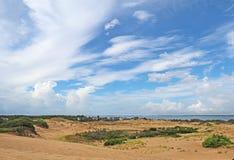 Dramatc moln och sanddyn som beskådas från jockey Ridge State Pa arkivfoton