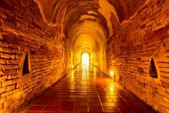 Dramati-Licht im alten Tunnel Stockbild