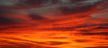 Dramatic colorful orange color sky with clouds in the evening du Royalty Free Stock Images