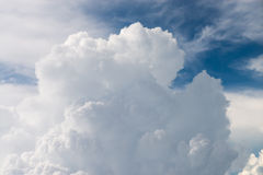 Dramatic cumulus cloud in a blue sky high in the atmosphere Stock Photography