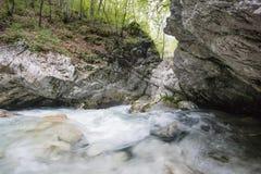 Dramaticlly流动的河通过岩石峡谷 库存照片
