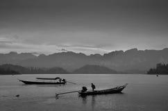 Dramatique des bateaux thaïlandais traditionnels de longue queue au coucher du soleil Photo libre de droits
